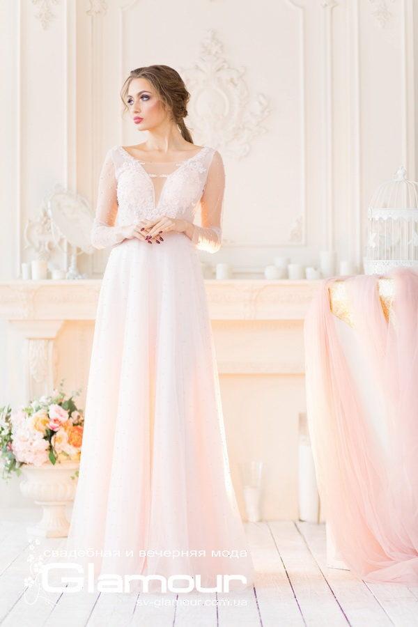 Милое свадебное платье нежно розового цвета. Эту модель можно назвать и вечерним платьем. Подойдет выпускнице для выпускного бала.